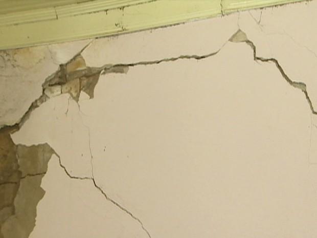 Rachaduras estão em grande parte da estrutura construída com taipa em Pindamonhangaba (Foto: Reprodução/TV Vanguarda)