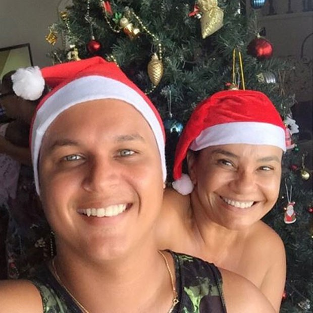 Solange Couto e Jamerson Andrade com gorro de Papai Noel (Foto: Instagram/ Reprodução)