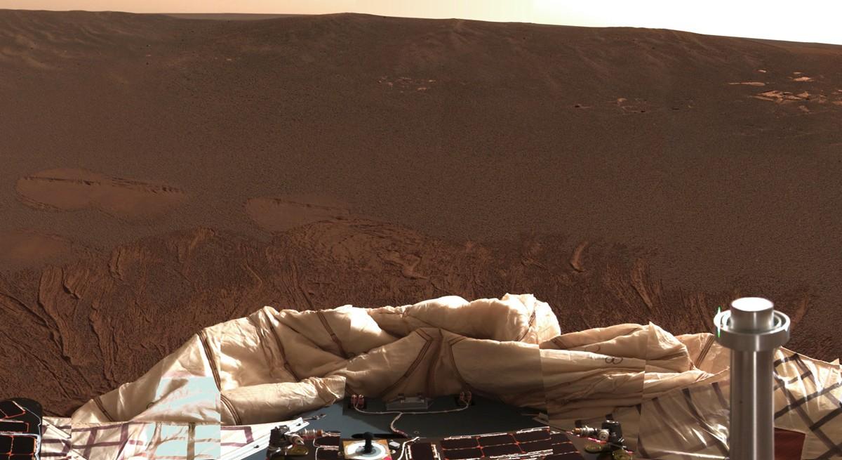Fotografia com Opportunity no centro de uma cratera na região de Meridiani Planum (Foto: Divulgação/Nasa)