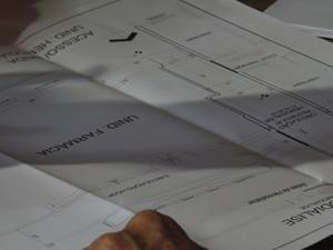 Planta do hospital é analisada durante a vistoria (Foto: Reprodução/RBS TV)