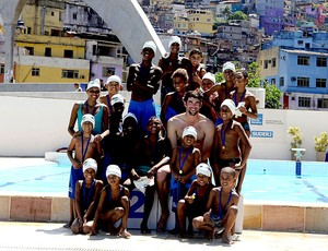 Phelps em visita na Rocinha  (Foto: André Durão / Globoesporte.com)