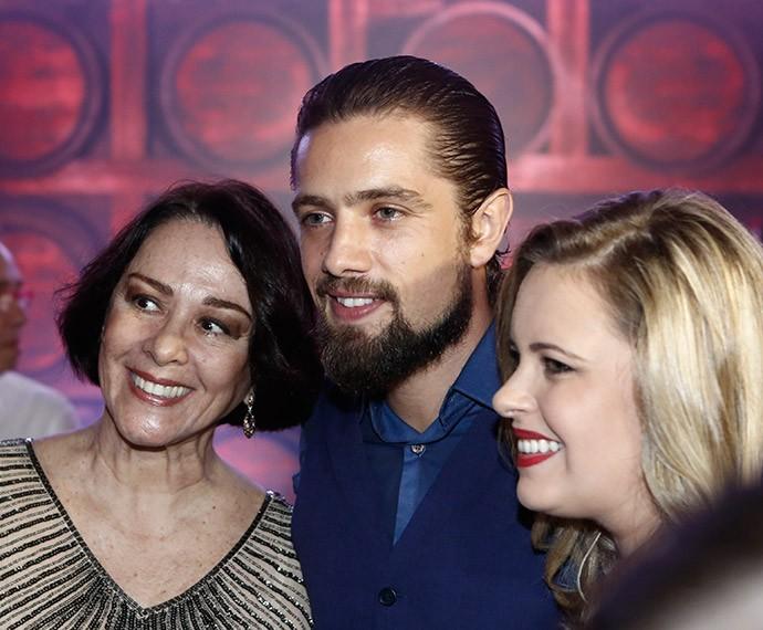 Nívea Maria posa com Rafael Cardoso e a esposa, Mariana Bridi (Foto: Inácio Moraes/Gshow)