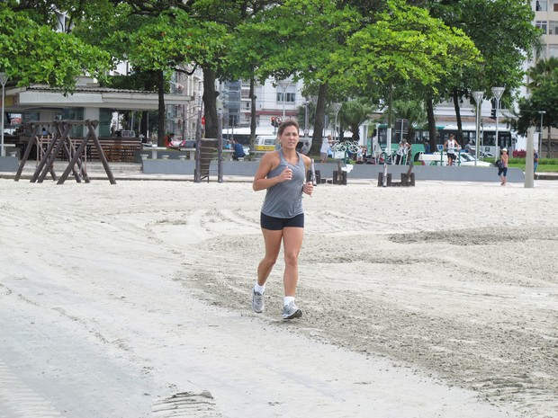 Corrida na praia é uma das opções de exercícios na praia (Foto: Mariane Rossi/G1)