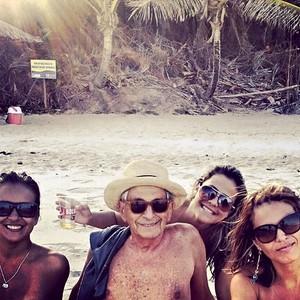Fernando Gabeira e suas fãs, na praia de Tambaba, na Paraíba (Foto: Arquivo pessoal)