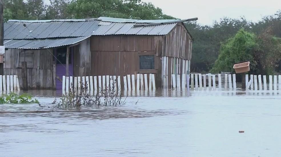 Uruguaiana é uma das cidades afetadas pela cheia do rio (Foto: Reprodução/RBS TV)