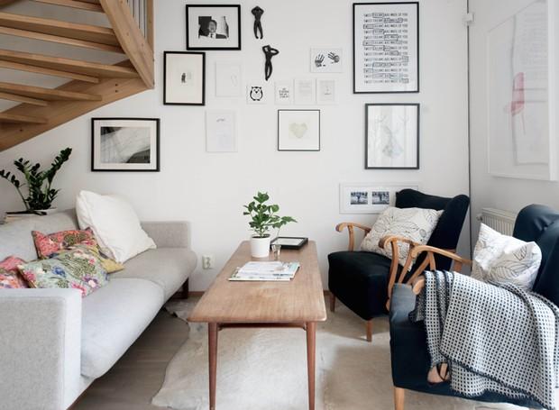 Brinque com almofadas e traga aconchego para a casa. E aproveite as paredes para abusar dos quadros como objetos de decoração (Foto: Divulgação)