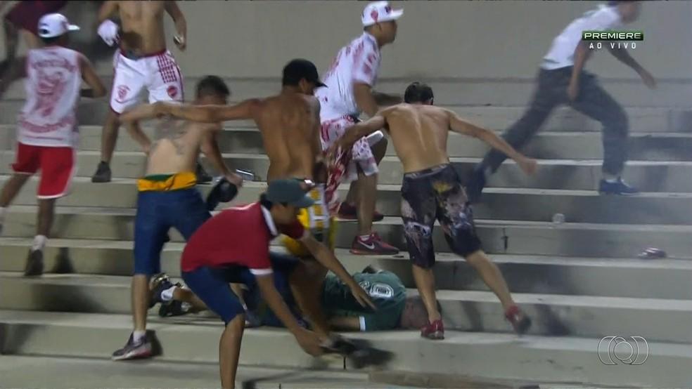 Cenas de selvageria: briga entre torcidas de Goiás e Vila motivam interdição do Serra (Foto: Reprodução / TV Anhanguera)