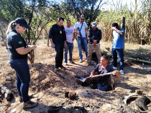 Suspeito algemado acompanhou parte dos trabalhos da PC em  Conselheiro Pena (Foto: Zana Ferreira /G1)