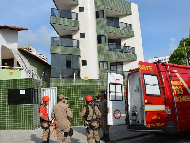 Homem foi resgatado pelo Corpo de Bombeiros após dormir debruçado na varanda do apartamento em João Pessoa (Foto: Walter Paparazzo/G1)