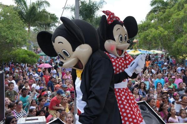 O grupo Imaginart levou ao palco as princesas da Disney e a Turma do Mickey  (Foto: Daniel Sousa/TV Paraíba)