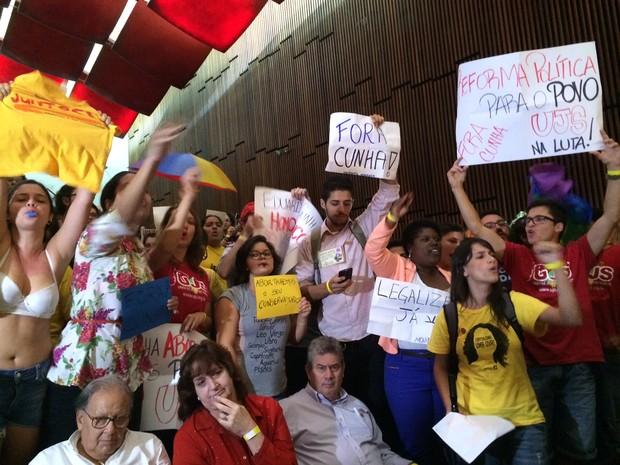 Grupo protesta contra Eduardo Cunha na Assembleia Legislativa do RS em Porto Alegre (Foto: Rafaella Fraga/G1)