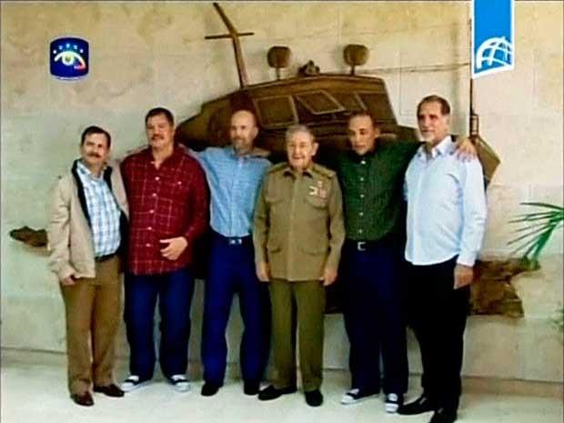 O presidente cubano, Raul Castro, com Fernando Gonzalez, Ramon Labañino, Gerardo Hernández, Antonio Guerrero e René González, depois que os agentes Labañino, Hernandez e Guerrero desembarcaram em Havana. (Foto: Reuters)