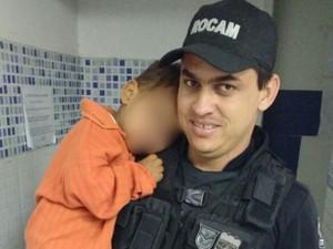 Policiais precisaram agasalhar menino de dois anos que estava de cueca (Foto: Divulgação/Polícia Militar)