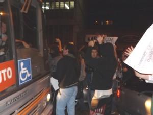 Manifestantes pararam um dos ônibus que tentava passar pela avenida  (Foto: Alan Schneider/G1)