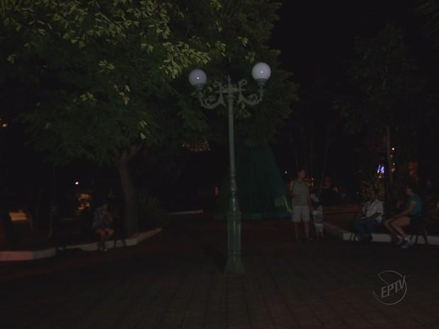 Praça está escura há um mês em Bom Sucesso (Foto: Reprodução EPTV)