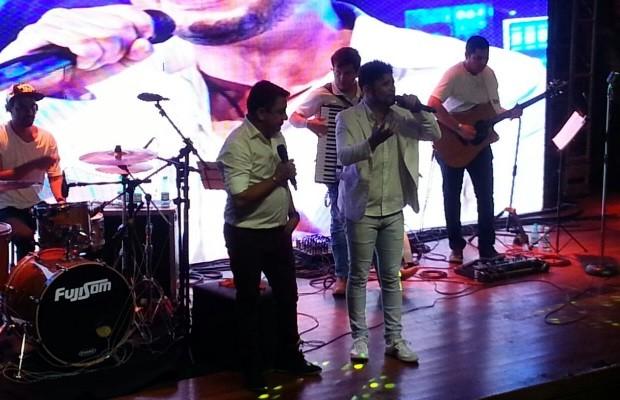 Pai de Cristiano Araújo canta música em show de homenagem ao filho em Goiânia Goiás (Foto: Vanessa Martins/G1)