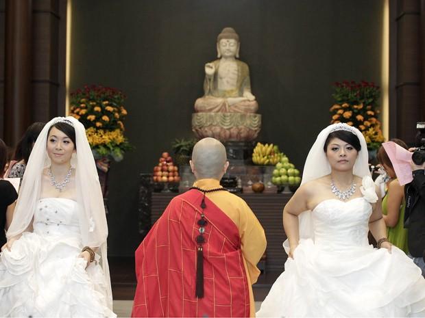 Casal espera que essa cerimônia ajude a fazer de Taiwan o primeiro local na Ásia a legalizar casamentos de pessoas do mesmo sexo (Foto: Reuters)