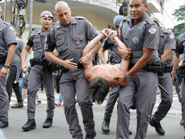 Estudante é detido por policiais militares durante protesto de alunos na Rua Lacerda Franco, em Pinheiros (Foto: Marivaldo Oliveira/Futura Press/Estadão Conteúdo)