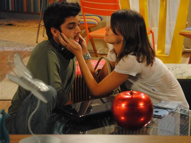 Que grude! Ana não dá mole pra Bruno e faz marcação cerrada (Foto: Malhação / Tv Globo)