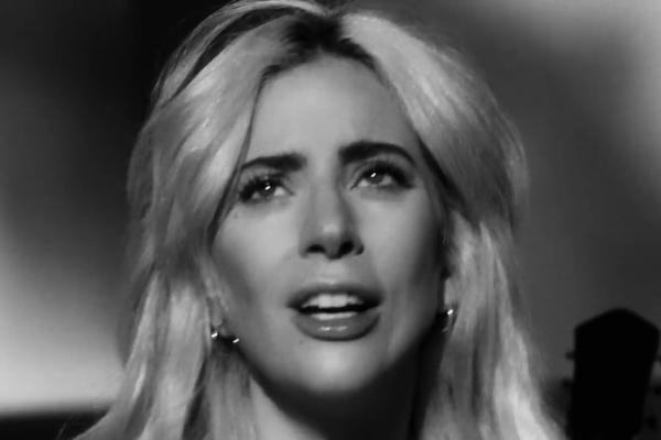 A cantora Lady Gaga emocionada em seu mais recente clipe (Foto: YouTube)
