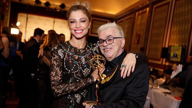 Grazi Massafera e Walcyr Carrasco após a premiação (Foto: Luiz C. Ribeiro/ Globo)