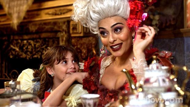 Catarina se diverte com o pedido da filha (Foto: Meu Pedacinho de Chão/TV Globo)