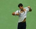 Djokovic rasga camisa, vê Monfils ser vaiado e vai encarar Wawrinka na final