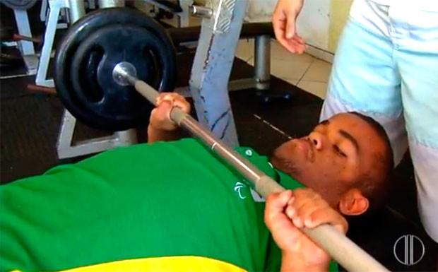 Gustavo já levantou 123 quilos - que é mais que o dobro do seu próprio peso (Foto: Reprodução/Inter TV Cabugi)