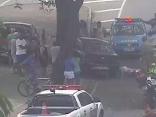 Carro bate em árvore no Campo de São Cristovão (Foto: Reprodução/Centro de Operações da Prefeitura  )
