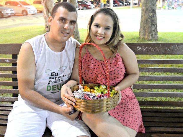Casal vende trufas em praça pública em Rio Branco  (Foto: Tácita Muniz/G1)