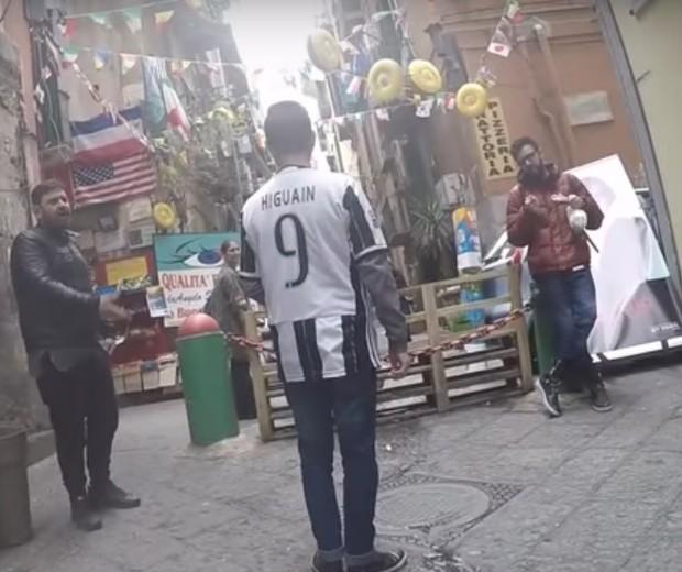 Torcedor da Juventus em visita a Nápoles, no sul da Itália  (Foto: reprodução/youtube)