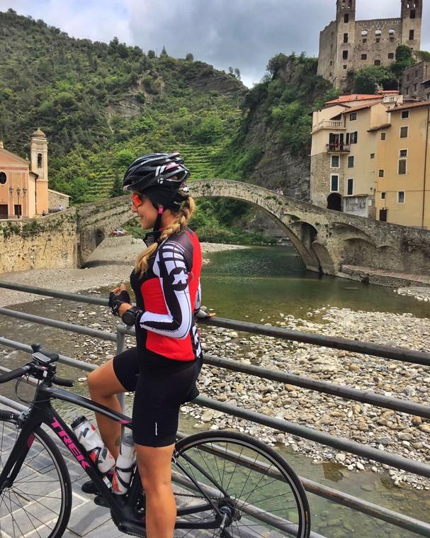 Carol Buffara pedalando pela Côte d (Foto: Divulgação)