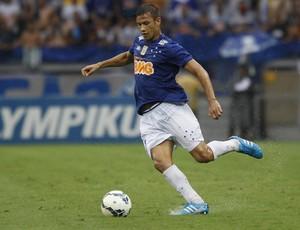 Volante Henrique em ação pelo Cruzeiro na partida contra o Goiás (Foto: Washington Alves / Light Press)