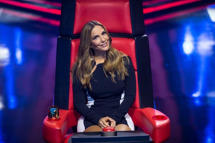 Ivete Sangalo posa na cadeira de técnica do 'The Voice Kids' (Foto: Isabella Pinheiro/Gshow)