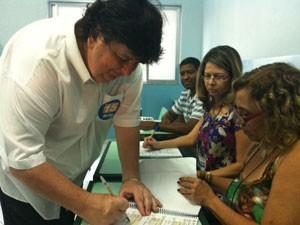 Antonio Francisco Neto (PMDB), conhecido como Neto, vota no Colégio Getulio Vargas (Foto: Nathália Duarte/G1)