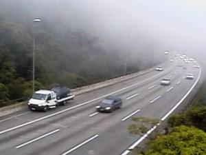 Neblina causou a implantação da Operação Comboio neste domingo (25) (Foto: Reprodução/Ecovias)