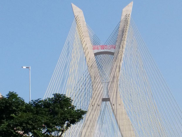 Primeira pichação no topo da ponte estaiada apareceu no fim de junho (Foto: Athos Sampaio/G1)