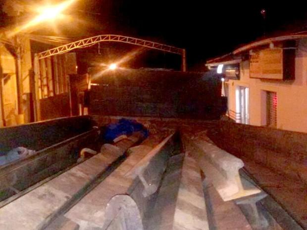 Trilhos roubados eram colocados dentro de um camnhão (Foto: Polícia Militar)