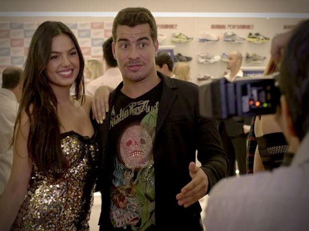 Suelen atrai fotógrafos para Leandro (Foto: Avenida Brasil / TV Globo)