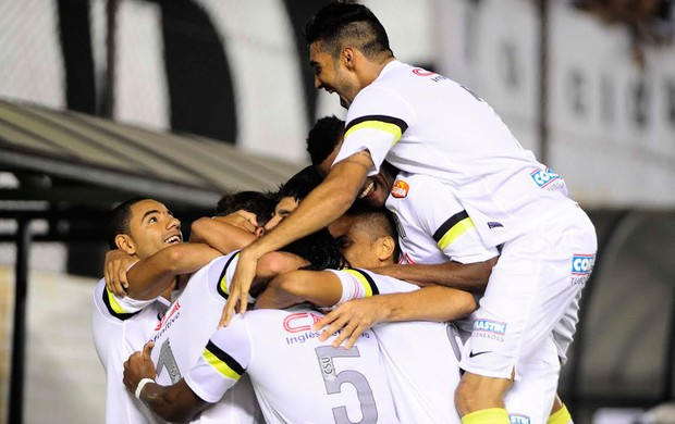 Santos x Corinthians - thiago ribeiro comemora (Foto: Marcos Ribolli)
