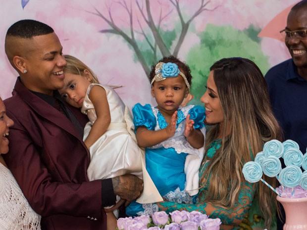 MC Duduzinho com as filhas, Lara Princess e Valentina Eduarda, e Allana Azevedo em festa no Rio (Foto: Arnobio Junior/ Divulgação)