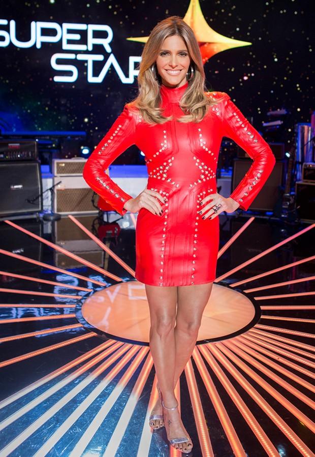 A apresentadora posa toda sensual usando couro vermelho (Foto: Isabella Pinheiro / Gshow)