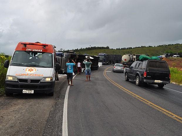 Apesar do acidente, o trânsiro não ficou congestionado, mas os motoristas que passavam pelo local precisaram ter cuidado e reduzi a velocidade. (Foto: Danuse Cunha/Itamaraju Notícias)