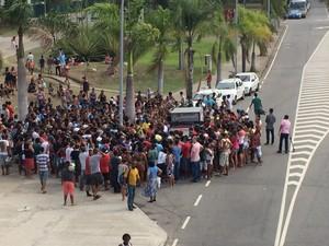 Manifestantes se reúnem para ouvir discurso de líderes. (Foto: Káthia Mello / G1)