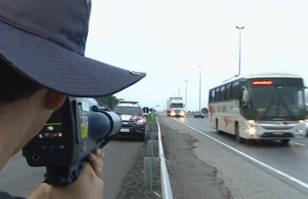 PRF realiza Operação Finados para punir quem trafega em alta velocidade (Foto: Reprodução/TV Anhanguera)