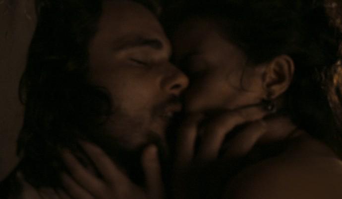 Os dois se rendem à paixão (Foto: TV Globo)