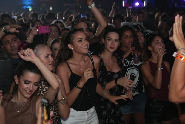 Bruna Marquezine: sorrisão na beira do palco (Foto: Reginaldo Teixeira / Divulgação)
