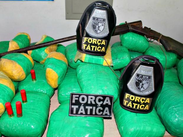 Drogas estavam com três homens que fugiram durante perseguição  (Foto: Divulgação/Polícia Militar)