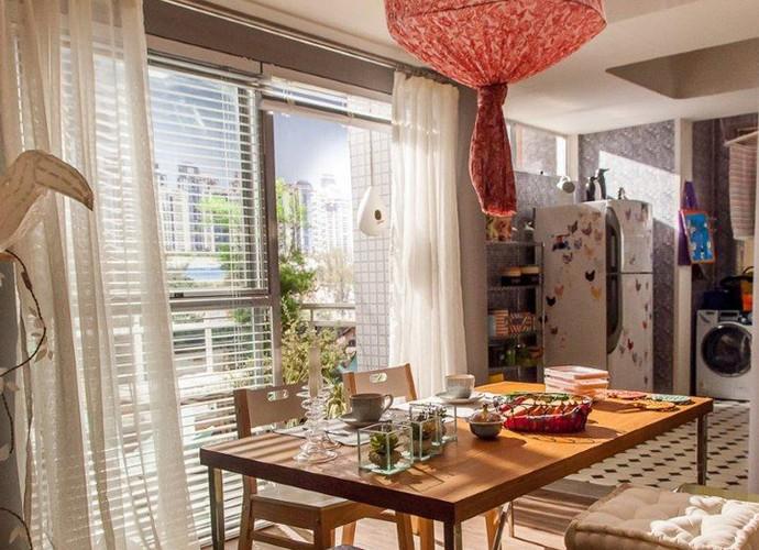 A cozinha americana integrando com a sala fica uma graça (Foto: Arthur Meninea/Gshow)