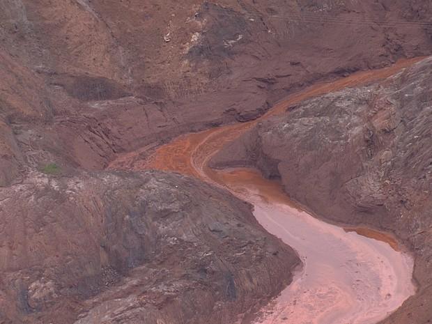 Lama vazou dentro de área de barragens da Samarco em Mariana (Foto: Reprodução/TV Globo)